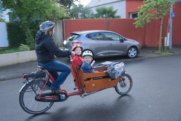 Un Vélo biporteur électrique Bakfiets.nl avec coffre court
