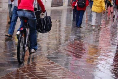vélo-électrique-sous-la-pluie