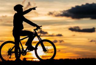 Cycliste sur fond de soleil couchant