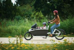 Un biporteur électrique Urban Arrow Family avec moteur pédalier