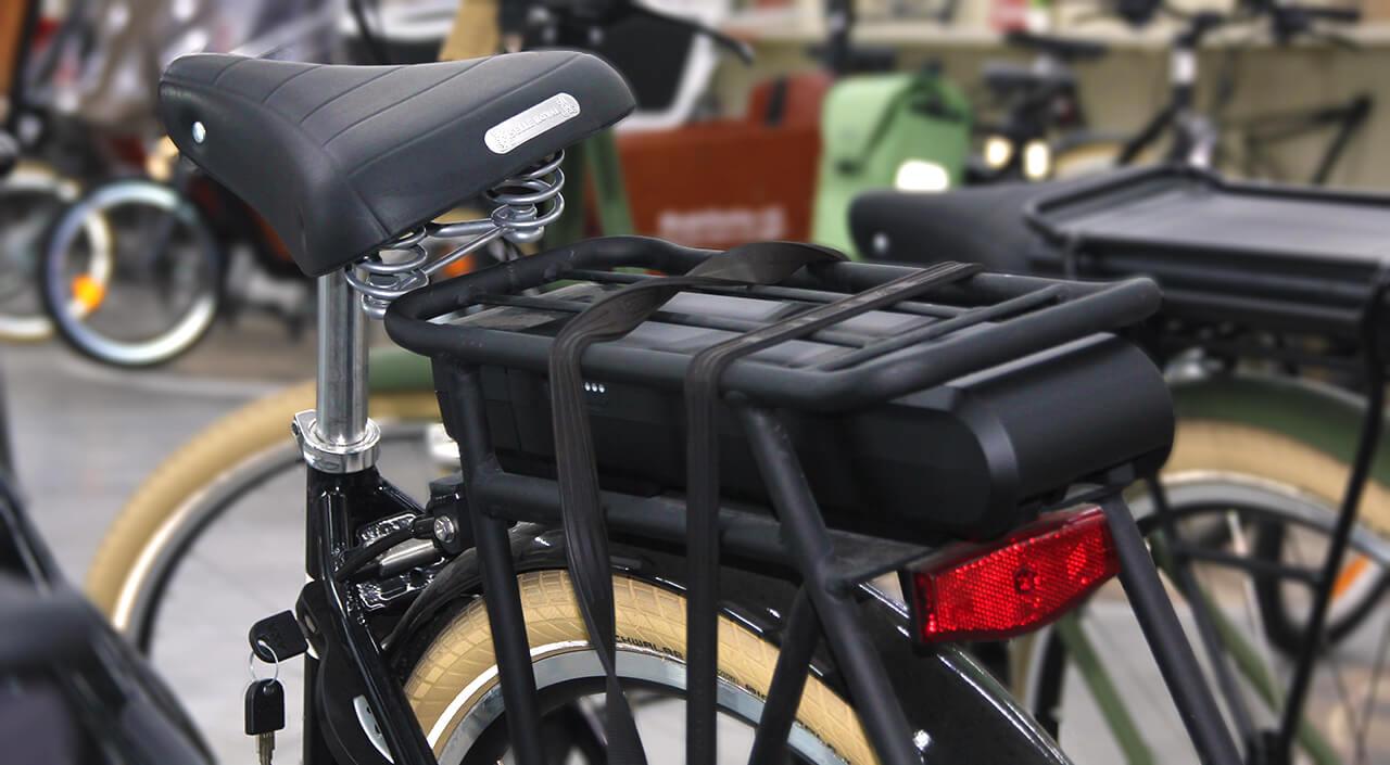 Batterie électrique sur le porte-bagage arrière d'un vélo