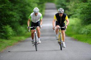 Deux cycliste côte à côte sur une route d'agglomération