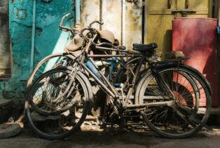 Pauvres vélos rouillés laissés à l'abandon