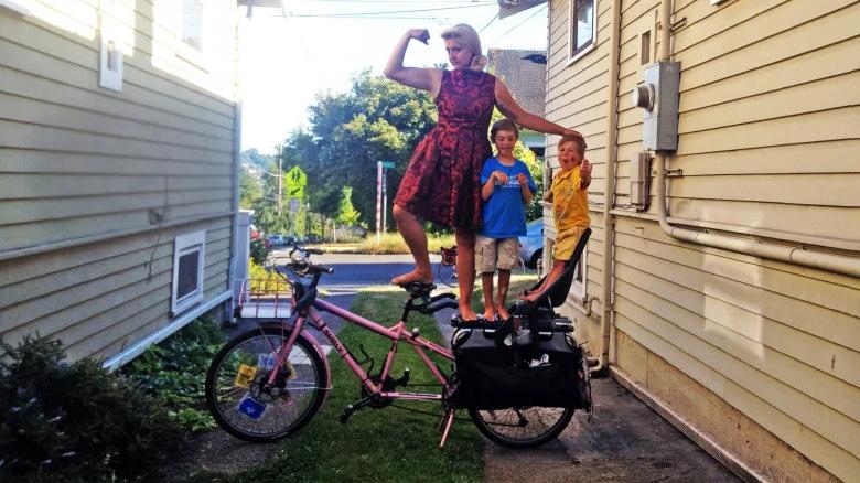 Cette maman a une façon bien à elle de faire du vélo en famille