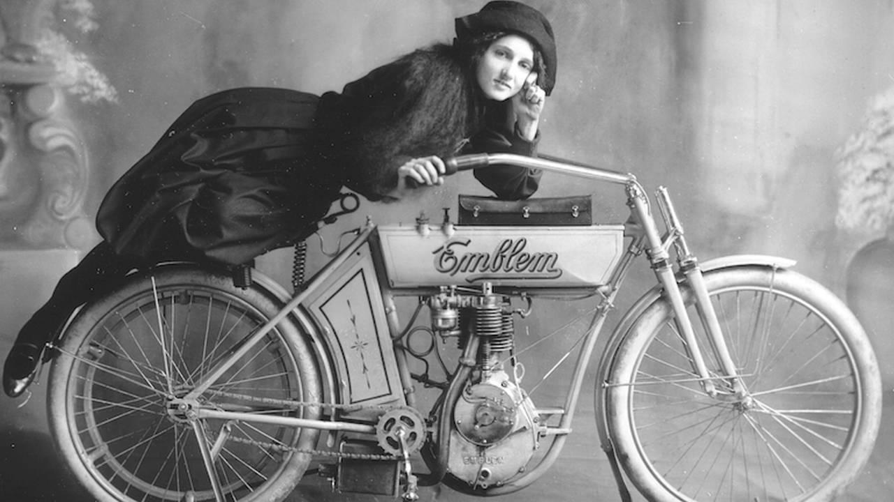 Une suffragette sur son vélo