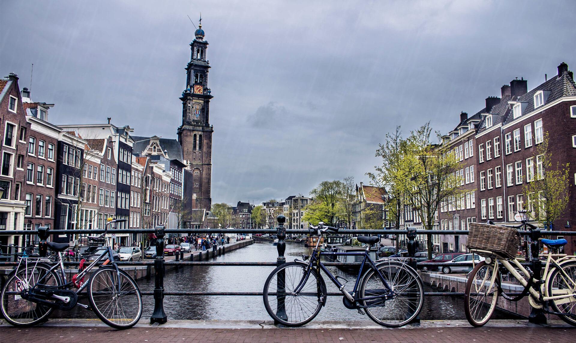 Vélos sur un pont à Amsterdam