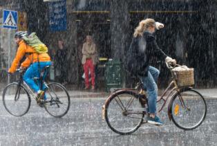 Vélos sous la pluie à Stockholm