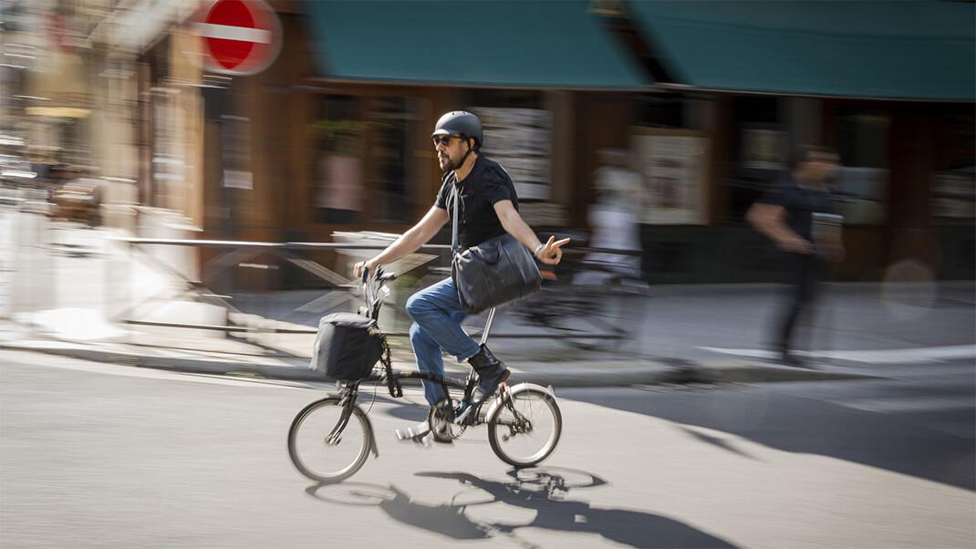 Un cysliste heureux dans les rues de la capitale
