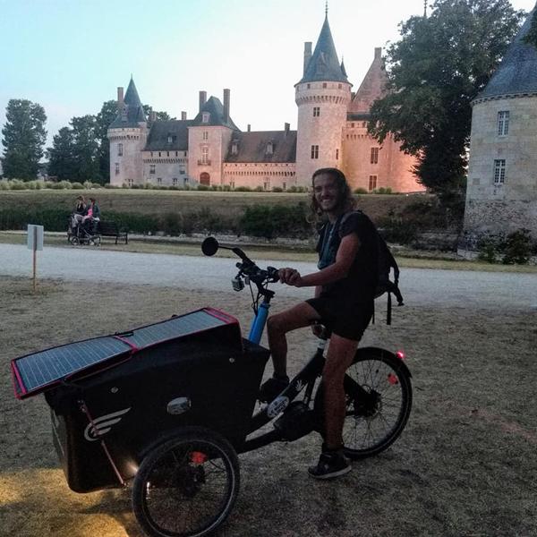 Thomas devant le château de Sully-sur-Loire